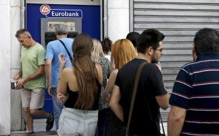 Bankamatik önünde kuyruk olmuş Yunanlılar.