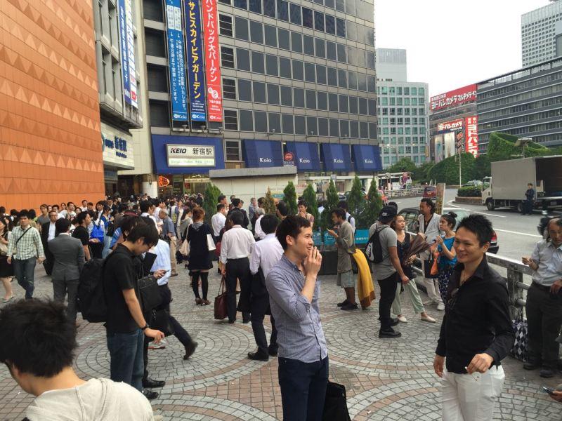 Shinjuku istasyonu önünde kendilerine ayrılan yerde sigara içenler