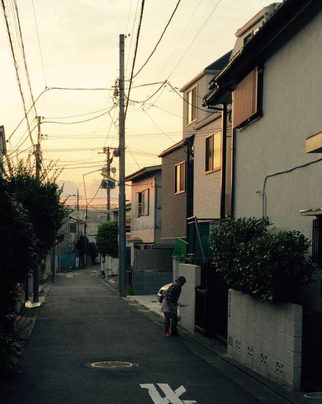 Evinin önünü temizleyen kadın, Tokyo, sabah saat 04:30