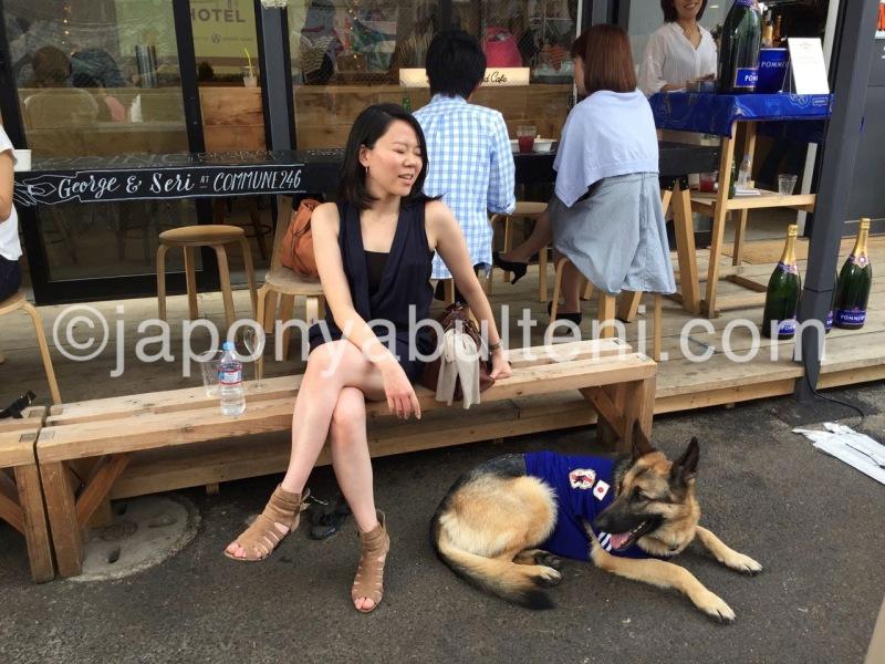 """Parkta """"Köpekli Kadın"""", kurt köpeği Japon milli futbol takımı üniformasnı giymiş"""