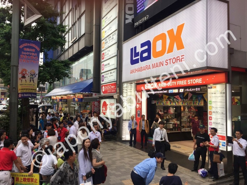 Laox Akihabara önünde kümelenmiş turistler