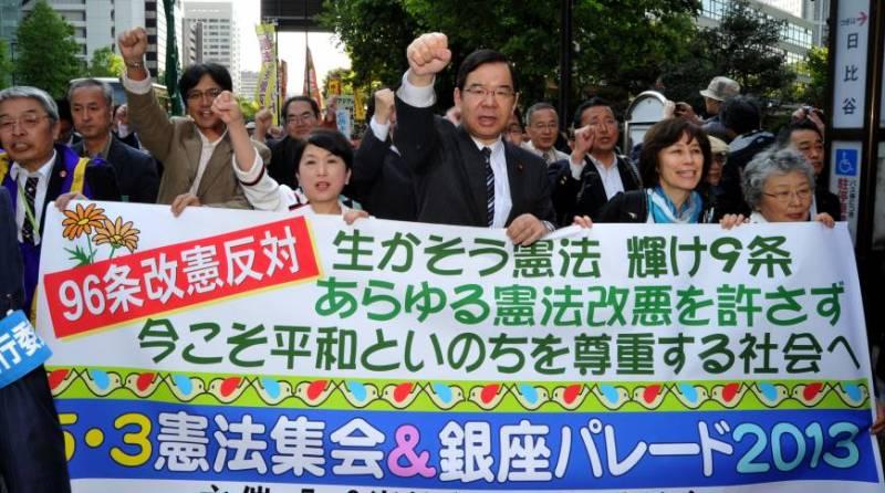Komünist parti başkanı anayasa deşişikliği karşıtı bir gösteride (Kaynak: Japan Times)