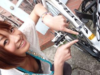 Bohan Toroku etiketini gösteren kız (Kaynak: Ameblo.jp, Eriko Ichinohe blogundan)