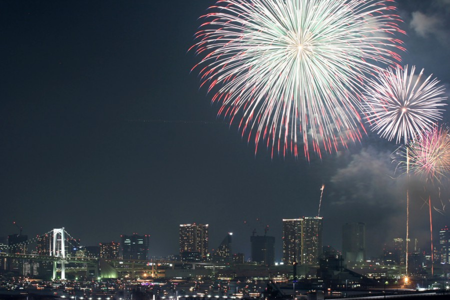 Tokyo'da havai fişek gösterisi (kaynak: Photozou http://photozou.jp/photo/show/299939/44731685)
