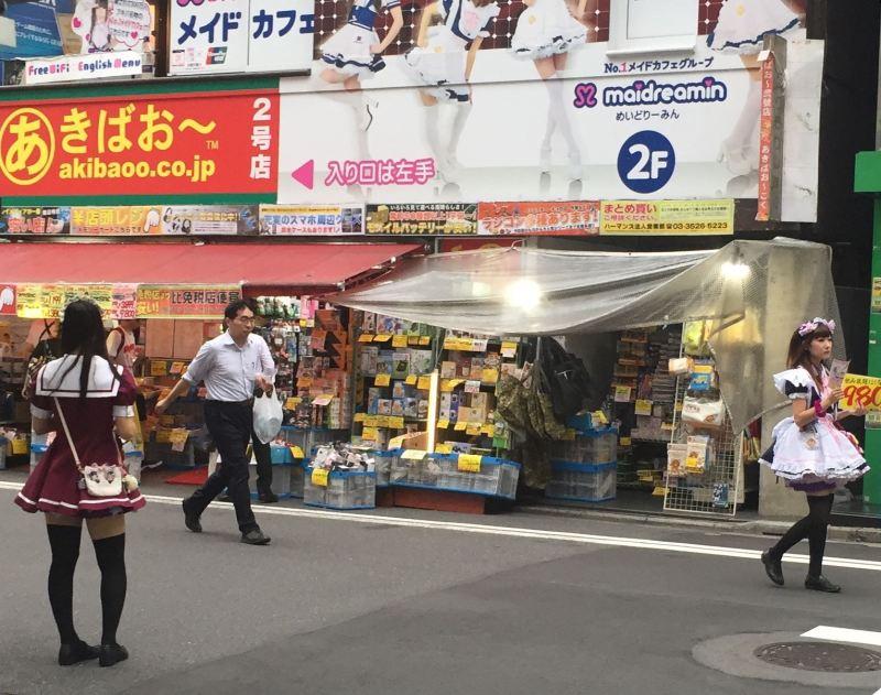 Teknoloji beldesi Akihabara bugünlerde genç kızların şirin giysiler içinde pazarlandığı bir yere dönmüş durumda