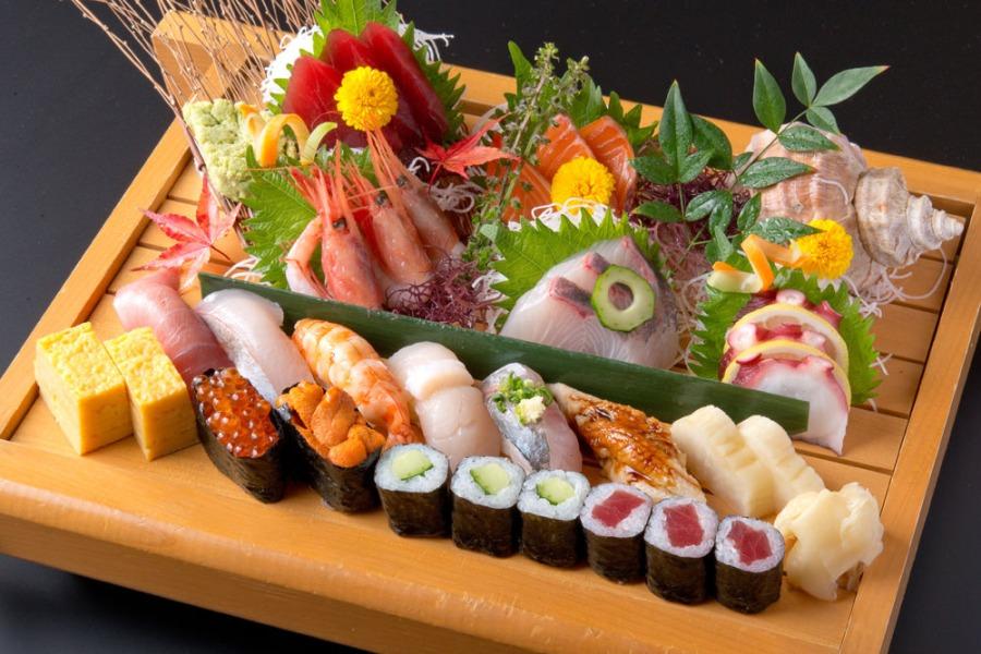 Bir sushi ve sashimi tabağı (kaynak: gurunavi)