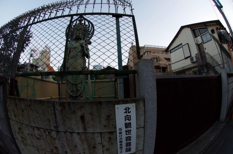 Bir Budist mezarlığı yüksek duvarları dikenli tellerle çevrilmiş