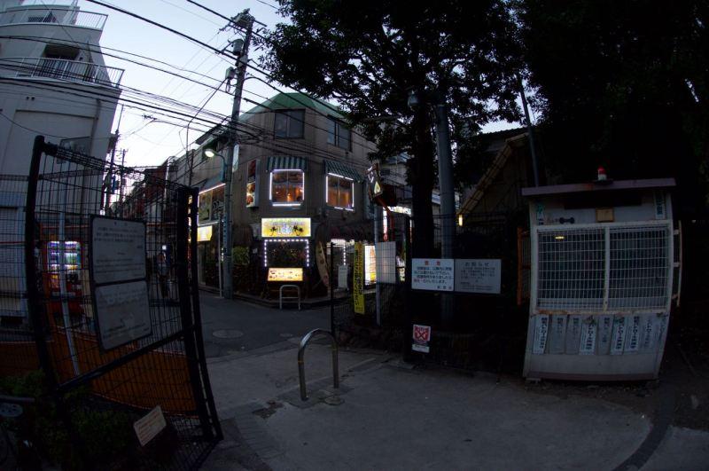 Çocuk parkının girişinde bir bekçi kulübesi, parmaklıklar dikenli teller parkı çevreliyor