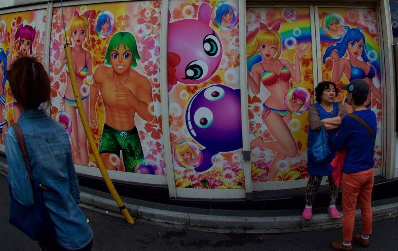 Bir pachinko dükkanı kenarında sohbet edenler