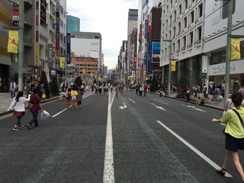 Ginza merkez caddesi yaya trafiğine kapatılmış insanlar serbestçe dolaşıyor