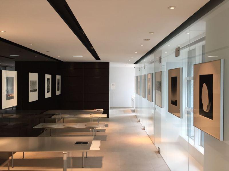 Sergi Leica galerisinin küçük ama aydınlık salonunda kurulmuştu