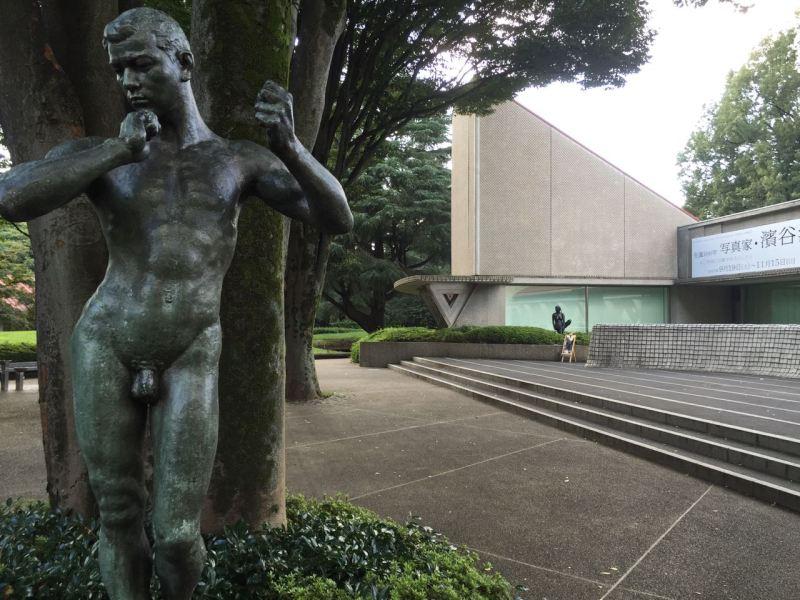 Setagaya güzel sanatlar müzesi girişi- heykel ve objeler bahçesine serpiştirilmiş