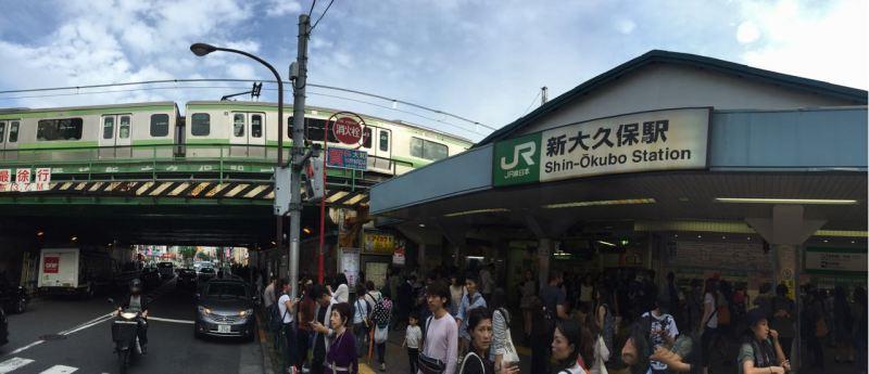 İlk bakışta her hangi bir kozmopolit Tokyo istasyonu gibidir Shin Okubo