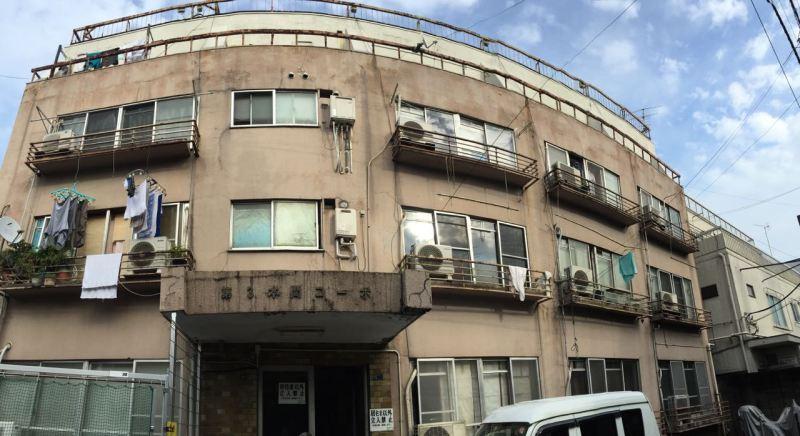Arka sokaklarda binalar sıkışık düzen, bakımsız ve eski