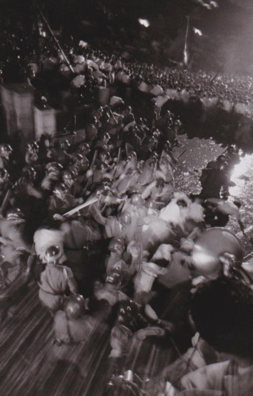 Meclis önündeki göstericilere su sıkarak ve fiziki temasa geçerek polis müdahelesi, 1960