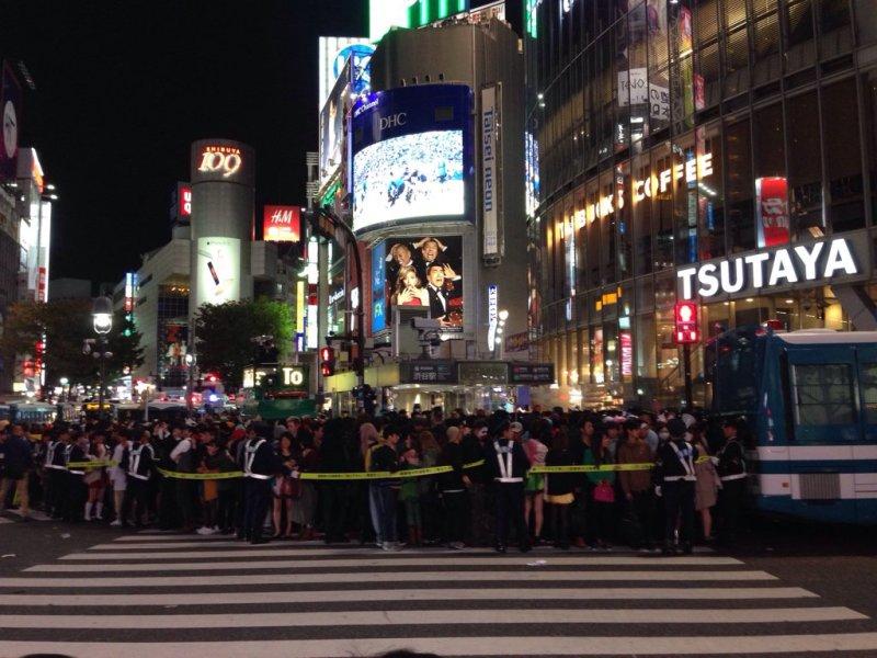 Shibuya'da polis kalabalığı kontrol etmeye çalışıyor (kaynak: Twitter aleminden Hiroko Tabuchi'nin attığı bir tweet'den)