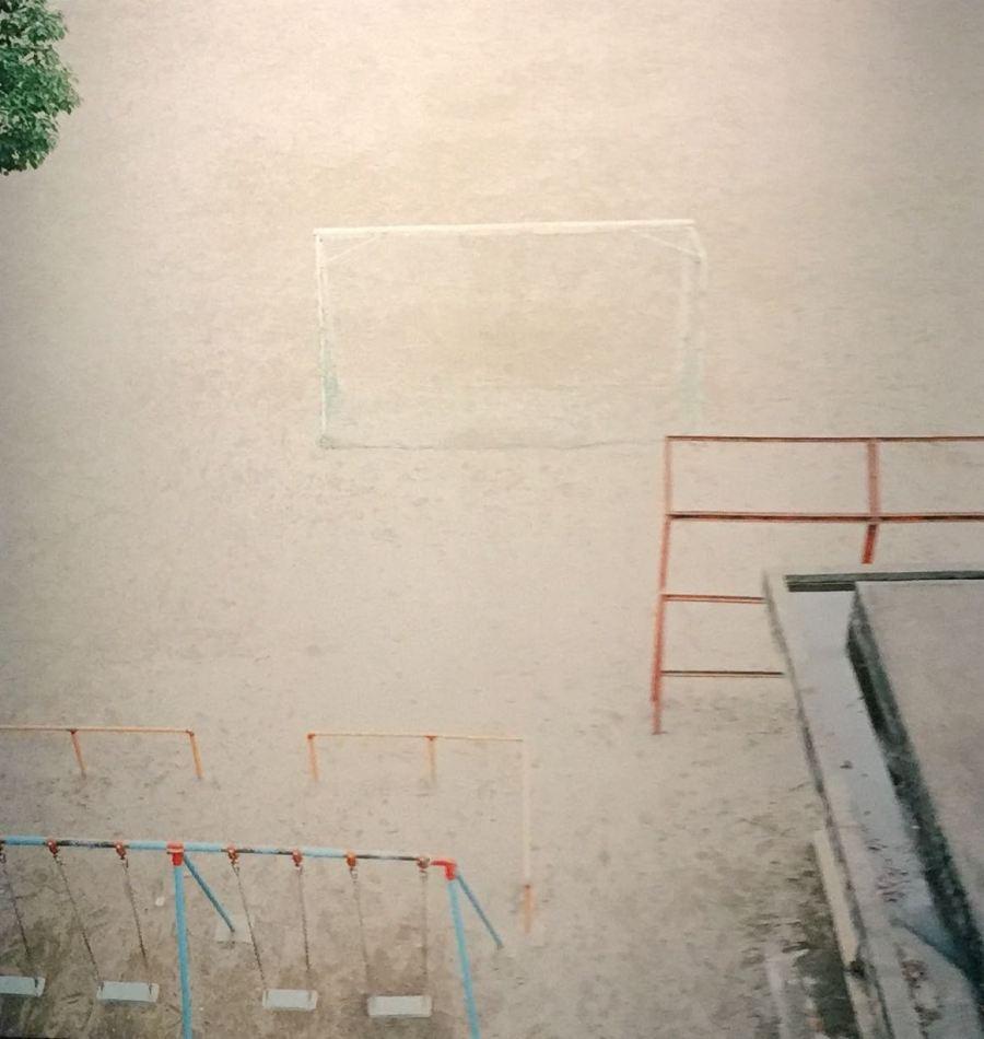 Bir çocuk parkı, Mie'nin kadrajı ustaca kullandığı fotoğraflardan birisi