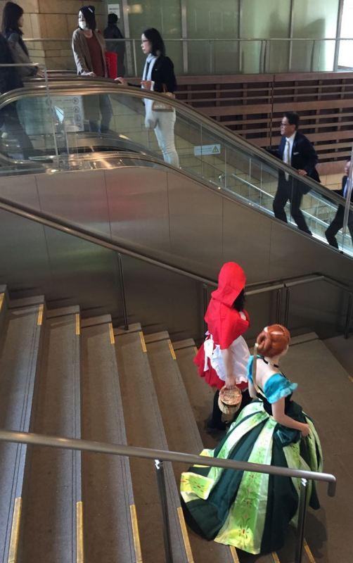 Bir AVM'de eski zaman prensesleri gibi giyinmiş insanlar çıkabilir karşınıza
