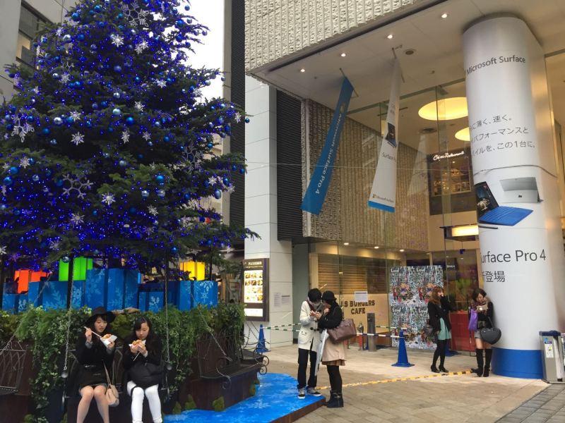 Bazı mağazaların önünde dev Noel ağaçları kurulmuş