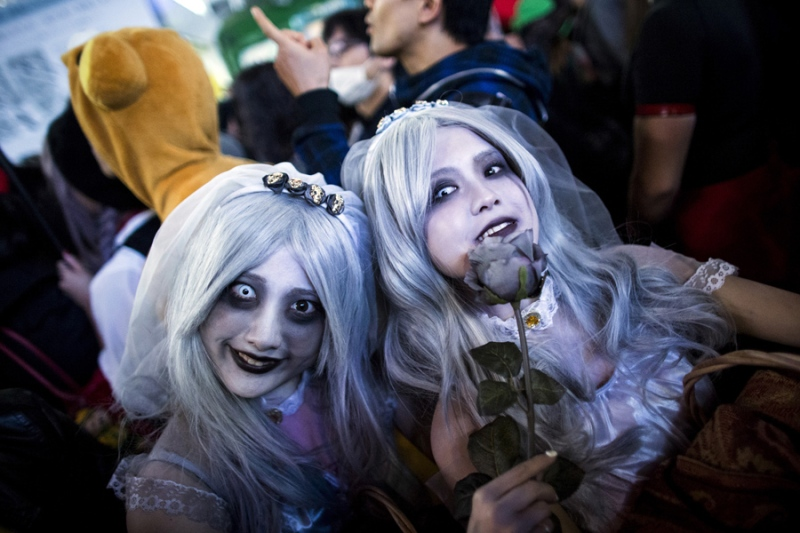 Revellers in costumes pose for pictures during Halloween celebrations in the Shibuya district in Tokyo, Japan October 31, 2015. REUTERS/Thomas Peter - RTX1U3GB
