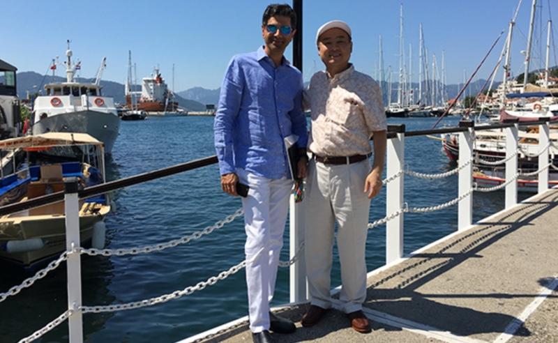 Masayoshi Son ARM işini bağladıktan sonra Marmaris'de hatıra fotoğrafı çektirmiş (foto: FT'den ekran kopyası olarak alındı)