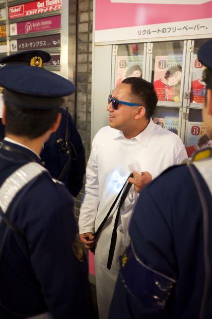 """Göğsünde parlayan bir madalyon ile galiba """"canlı bomba"""" kostümü yapmış adamı polisler ablukaya aldı"""