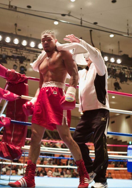 Charlie Hosokawa ringden nakavt zaferi ile inerken mağrurluğu yüzünden okunuyor