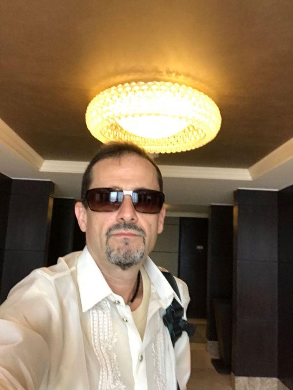 Barong/umu giymiş otelimden çıkarken