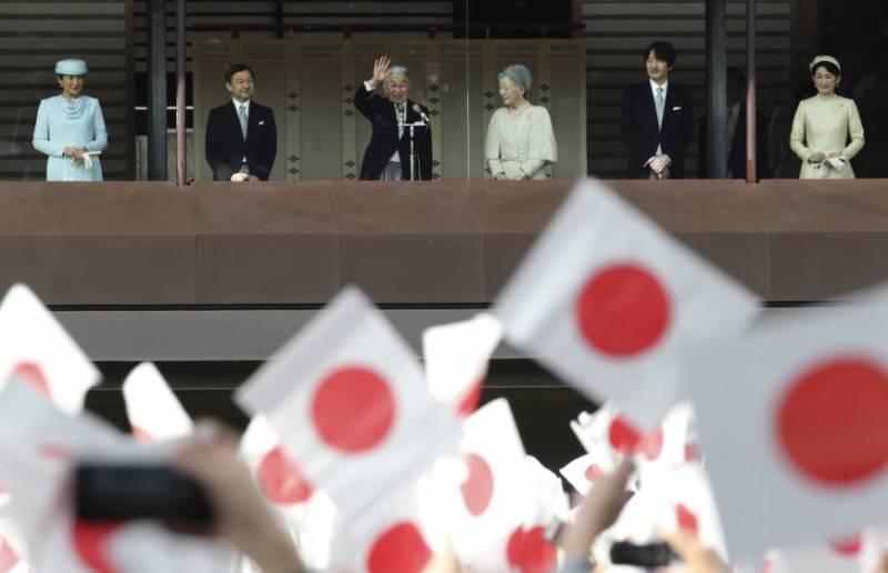 Japon İmparatoru Akihito doğum gününde halkı selamlarken (kaynak: Internetten Japan Times)